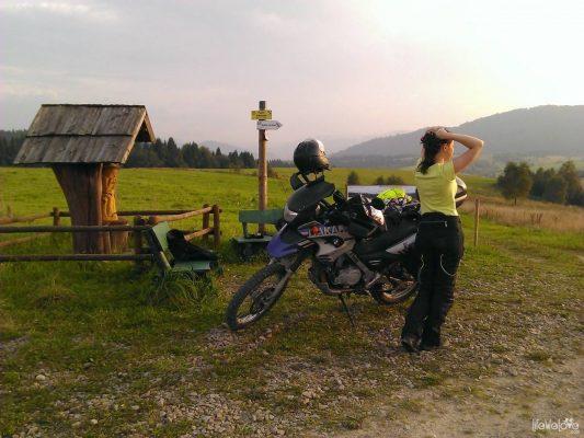 Kobieta, motocykl, zachód słońca
