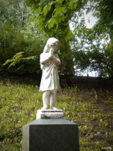 Child statue in the park, Planty