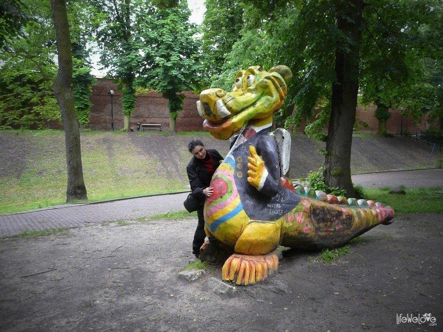 Kolorowy smok w parku