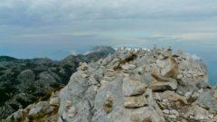 Kamienne kopczyki na szczycie Sveti Jure