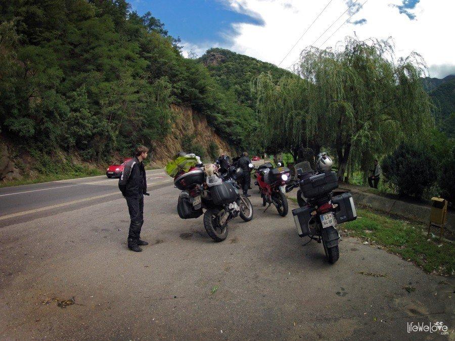 Droga w dolinie rzeki Aluty