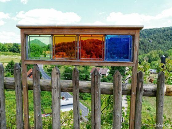 Kolorowe okienka na zamku Sloup