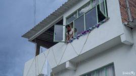 Kolumbia, indiańska dziewczyna dekoruje okno