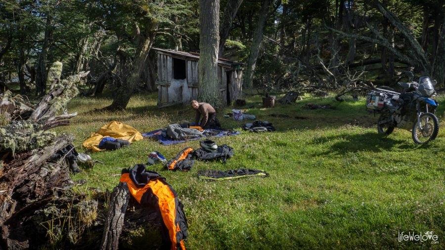 Motocyklowy camping w lesie