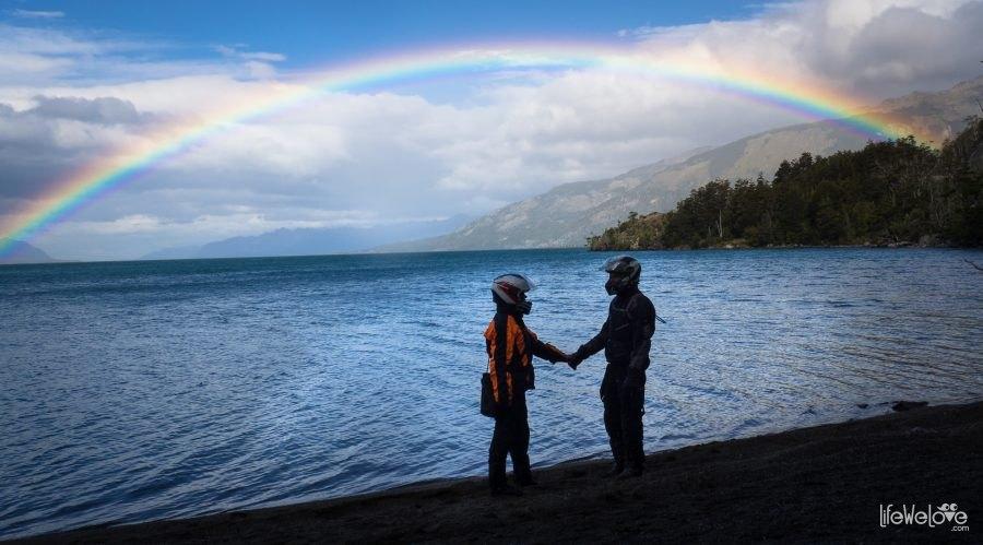 Tęcza nad jeziorem nad parą zakochanych